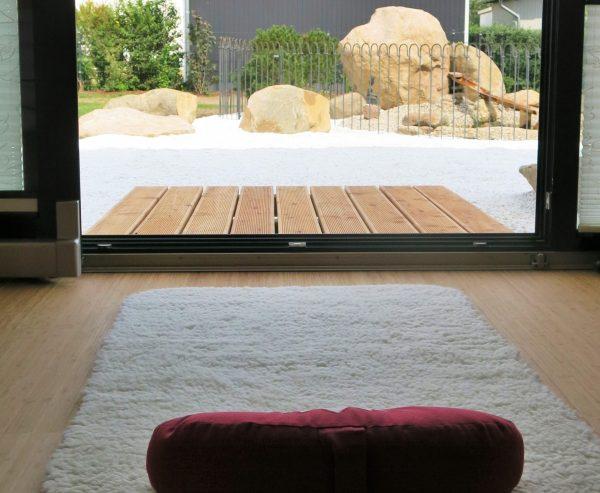 Blick aus Yogaraum von Human Unfoldment in den Garten