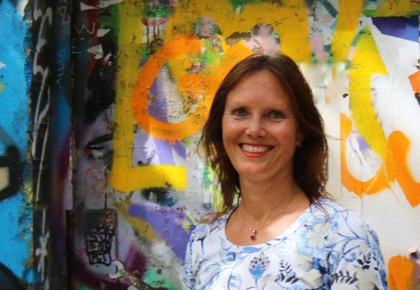 Portrait von Angelika Böhme, Coach und Yogalehrerin BDY/EYU in Leipzig. Vor Graffiti in Plagwitz.