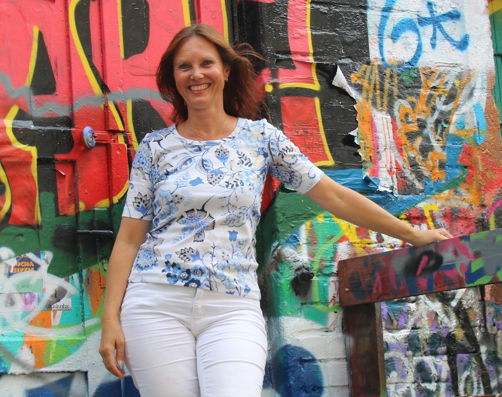 Aufnahme von Angelika Böhme, Coach für Berufliche Orientierung, Leipzig. Vor Graffiti in Plagwitz
