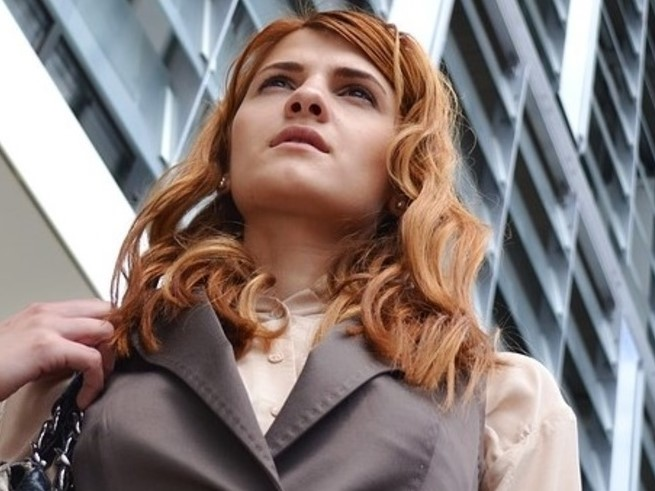 Portrait von junger Frau auf dem Weg zur Arbeit. Berufliche Orientierung