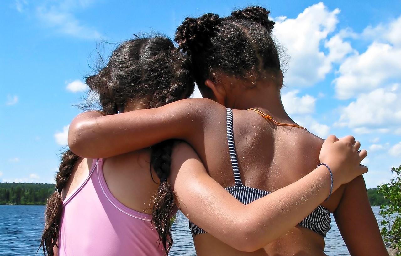 Freundinnen im vertraulichen Gespräch mit Anteilnahme und Zugewandtheit. 20 Minuten Herz Ausschütteln
